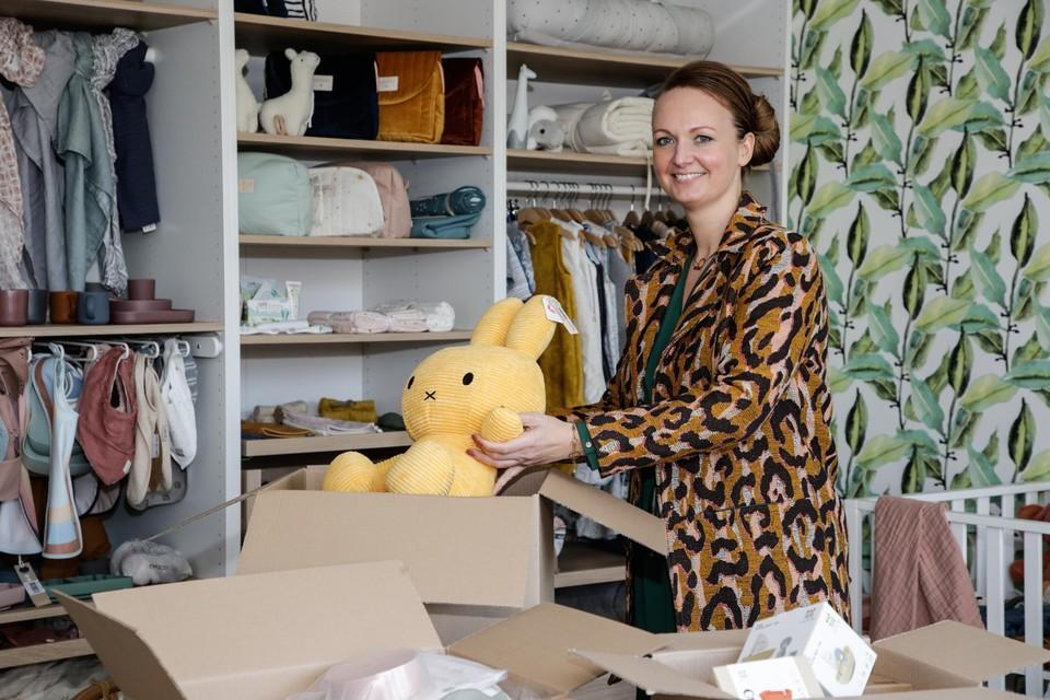Sophie Claes uit Brasschaat begon in 2013 thuis in haar bureautje met een babywebshop met 30 producten. Vandaag draait ze 5 miljoen euro omzet per jaar en biedt De Gele Flamingo keuze tussen 3.000 artikelen.