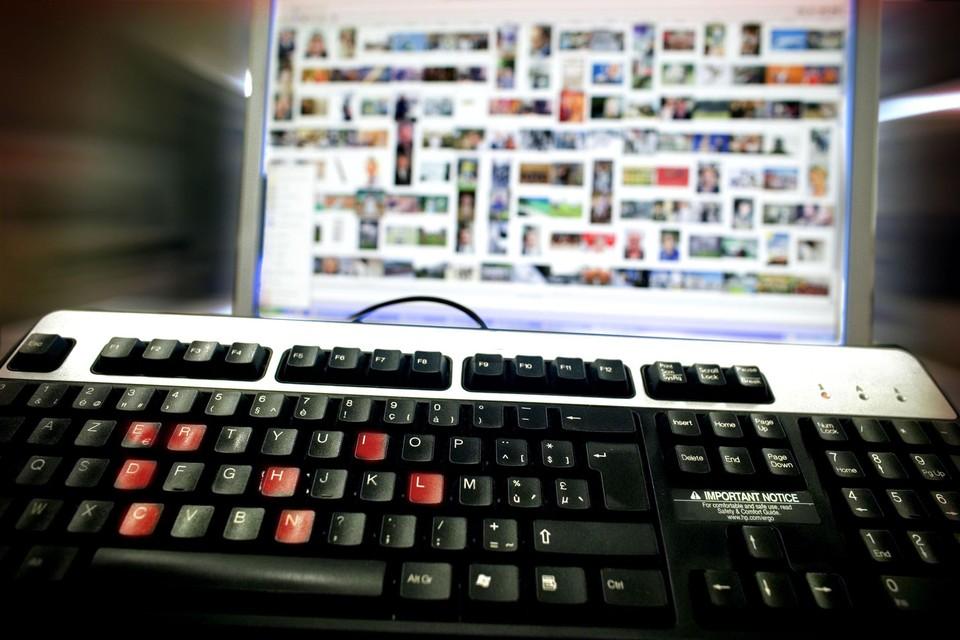 Op een computer van de (uitgeweken) Nijlenaar werd heel wat kinderporno gevonden, maar ook voyeuristische foto's van zijn stiefdochter.