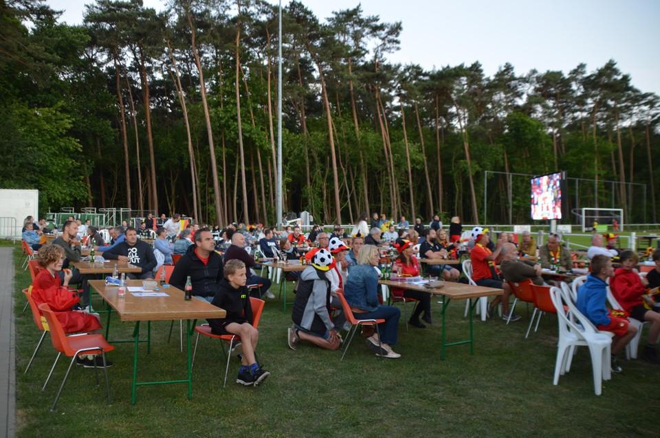 Geconcentreerde blikken bij de Zandhovense supporters.