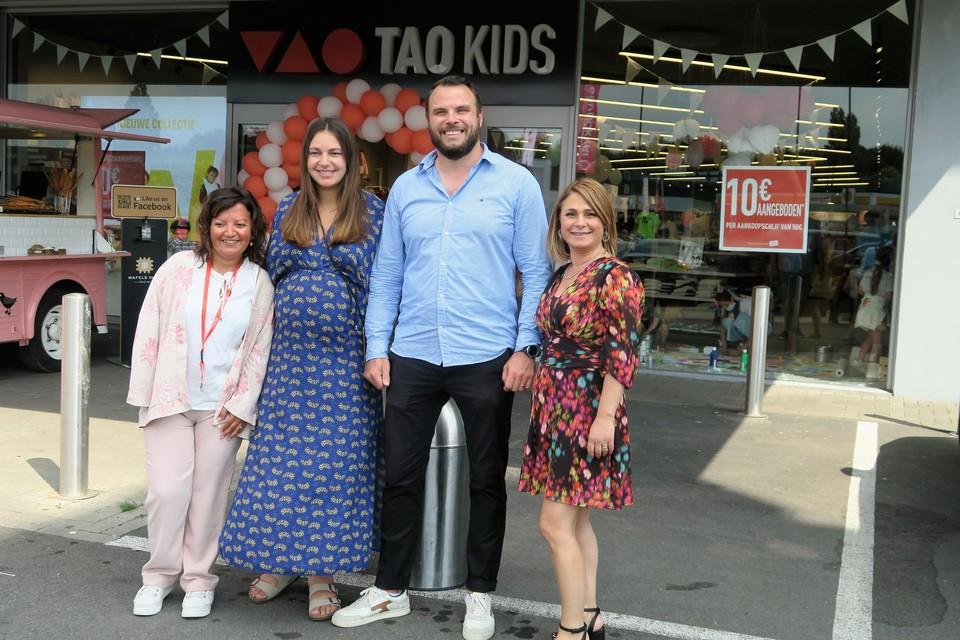 De delegatie van Tape à l'oeil bij de opening van de eerste TAO Kids in Antwerpen: plaatselijk winkelverantwoordelijke Nadi Vilarino, Danaé Carmiaux, digital manager Anthony Oda en Bellanca Mariange.