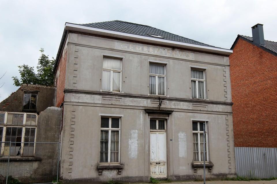 Het opschrift bovenaan de gevel herinnert aan de vroegere functie van het gebouw.