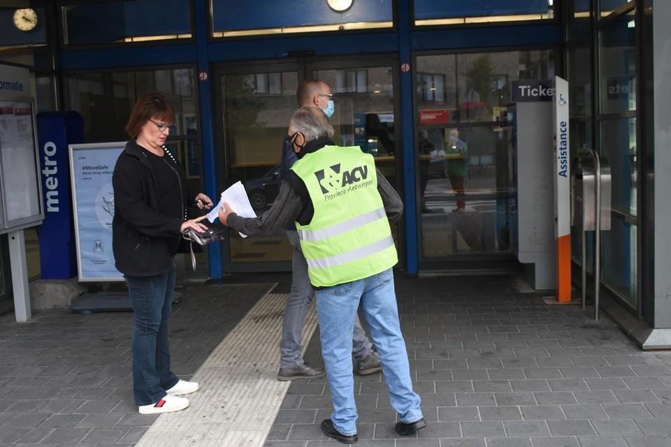 De werkgroep hield donderdag een pamfletactie aan het station van Mol.