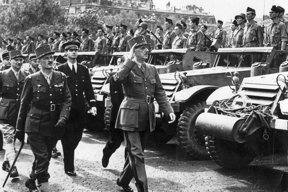 26 augustus 1944: Generaal De Gaulle schouwt de tweede pantserdivisie die een dag eerder Parijs heeft bevrijd.