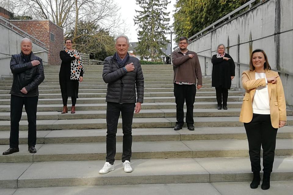 Zanger Marc Dex, burgemeester Mien Van Olmen, acteur Eric Goris, initiatiefnemers Hans Rombouts en Martine Cleve en choreografe Gretel Ghyselinck porren iedereen aan om die spuit te zetten.
