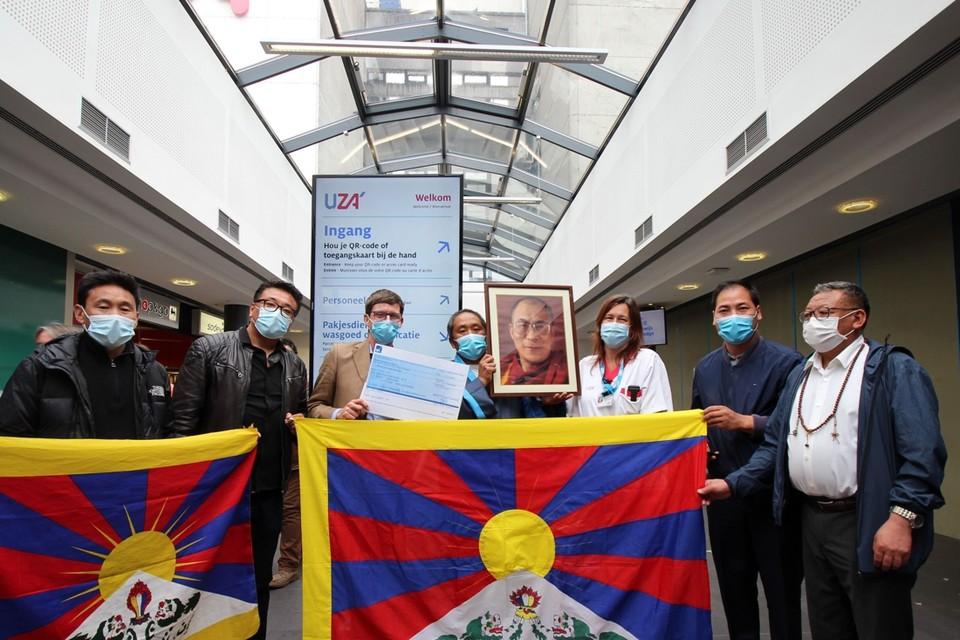 De Tibetaanse delegatie overhandigt de cheque.