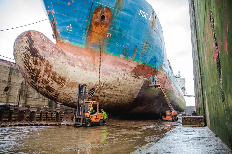 Engine Deck Repair herstelt schepen en past ze aan. Dat gebeurt in droogdokken.