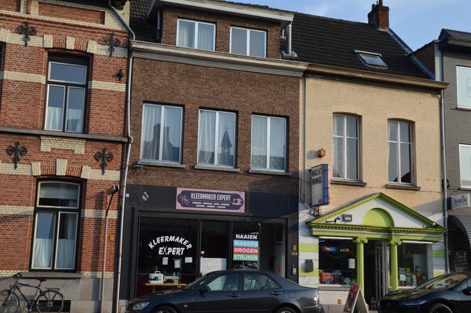 Clifton woonde in een appartement boven de kleermaker naast de nachtwinkel op de Turnhoutsebaan, die hij zelf onderhield.