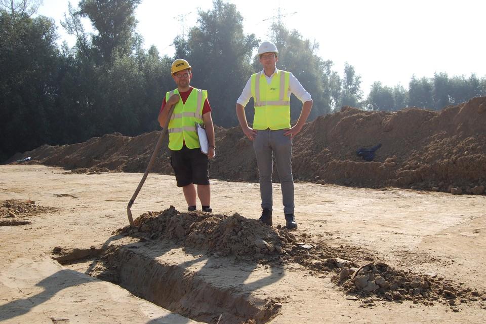 Archeoloog Olivier Van Remoorter samen met Pieter Verlaak van netbeheerder Elia op de site waar Mercator zal uitbreiden. De geplande uitbreiding van de site komt niet in het gedrang door de opgravingen.