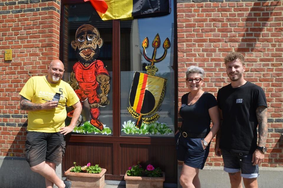 """Erwin Garfield met zijn Lukaku-karikatuur en Conny en Joël van café  Rocks The Vintage Lounge in Zoersel. """"Ah, is dat Kevin De Bruyne?"""", vroeg een ietwat bijziende Zoerselaar."""