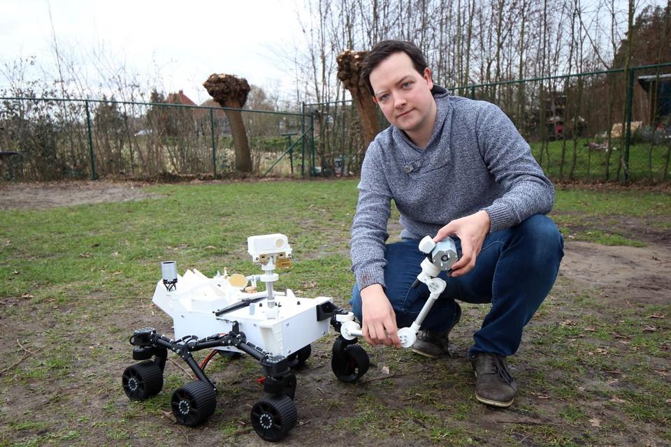 Jona Gladines toont het schaalmodel van de Mars Rover die donderdag op mars landt.