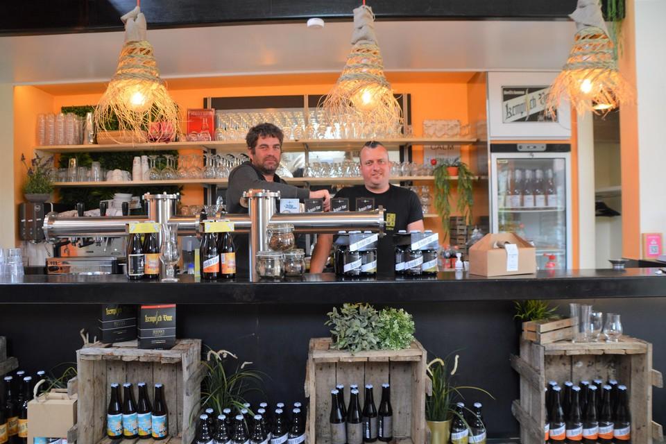 Dave Laermans en Kurt Van Peer achter de bar van De Proeverij.