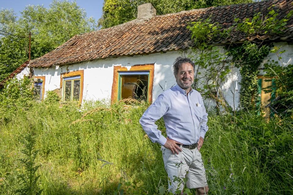 Heemkundige Jan Peeters bij een van de laatste lemen huisjes op de Pijpelheide.