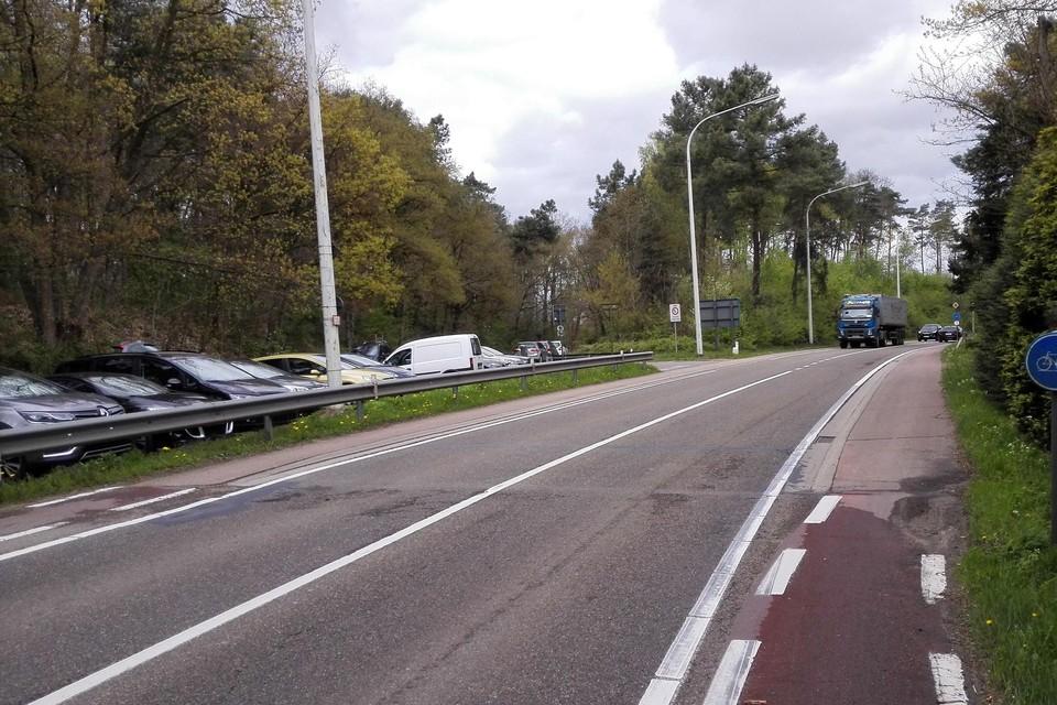 De toekomstige rotonde omvat zowel de hoofdweg Nieuwe Baan, de op- en afrit naar de E313 als de Heikantstraat (achteraan links). Het bos rechts verdwijnt volledig.