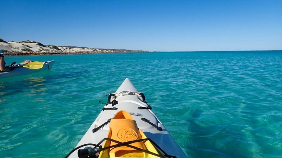 Rustig kajakken op paradijselijk blauw water.