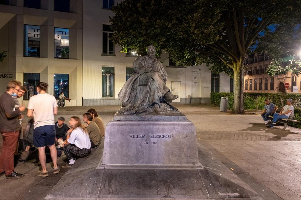 Het eerste groepje verzamelt zich rond 23u aan het standbeeld van Willem Elsschot.