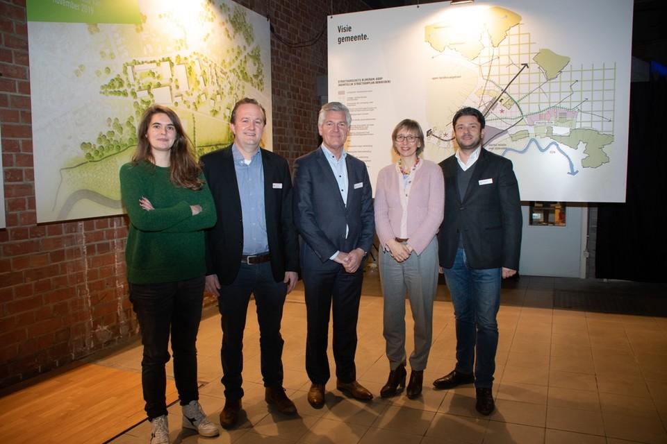 Vlnr: architecte Fien Batens, Wim Van Asschot, Johan Geeroms, Mieke Van den Brande en Paul Cordier.