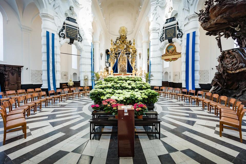 In de basiliek kan je rond Onze-Lieve-Vrouw van Hanswijk zitten.