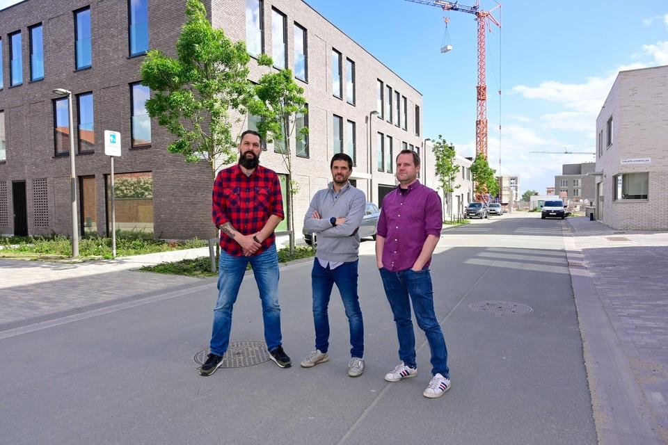 Timothy Vandewalle (midden) samen met twee andere Regatta-bewoners die zich verzetten tegen de nieuwe parkeermaatregel.