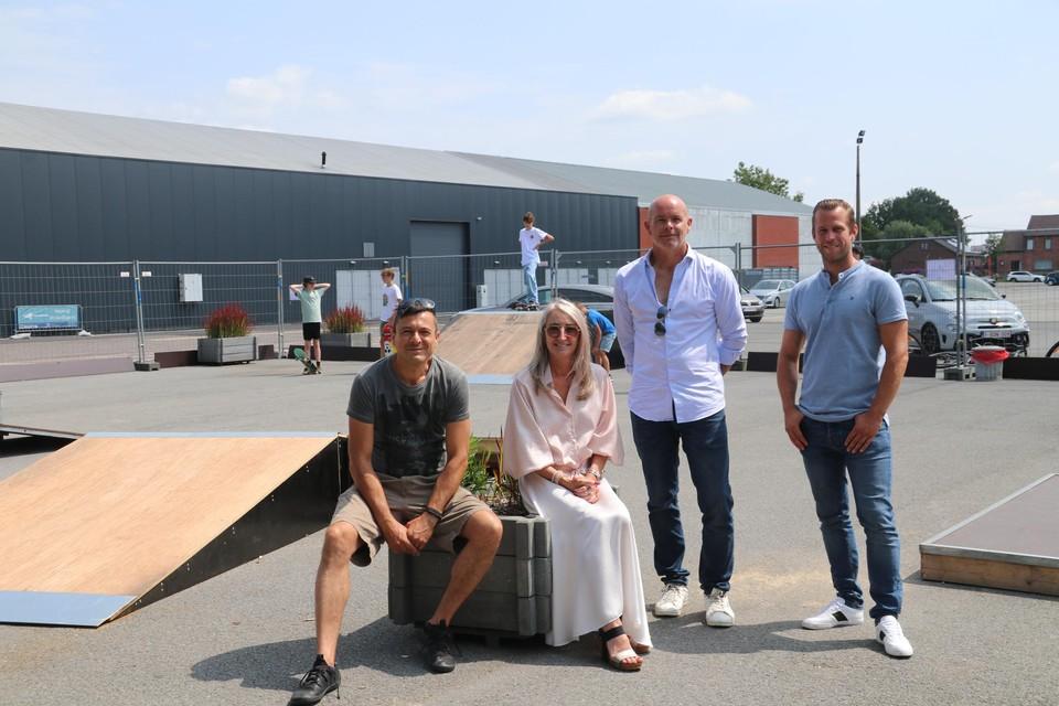 Een delegatie van het schepencollege bij het pop-up skatepark aan Klein Boom