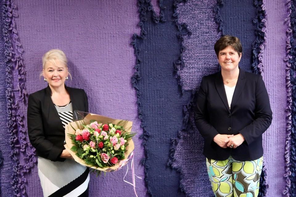 Marjon de Hoon-Veelenturf kreeg na de beëdiging bloemen van Commissaris van de Koning Ina Adema.