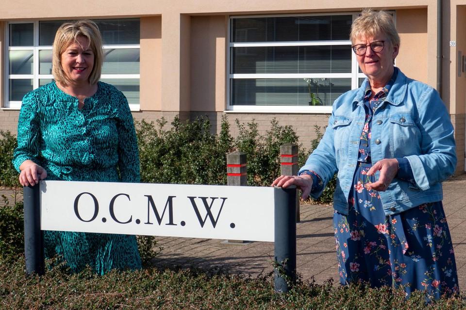 """""""Ik wil meer tijd doorbrengen met mijn kleinkinderen"""", zegt Margriet Blockx (rechts), die de fakkel doorgeeft aan Lut Hermans (links)."""