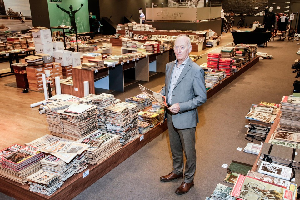Hugo De Meyer tussen zijn verzameling. Zijn vrouw Monique snapt niet hoe dat allemaal ooit in hun huis heeft gelegen.