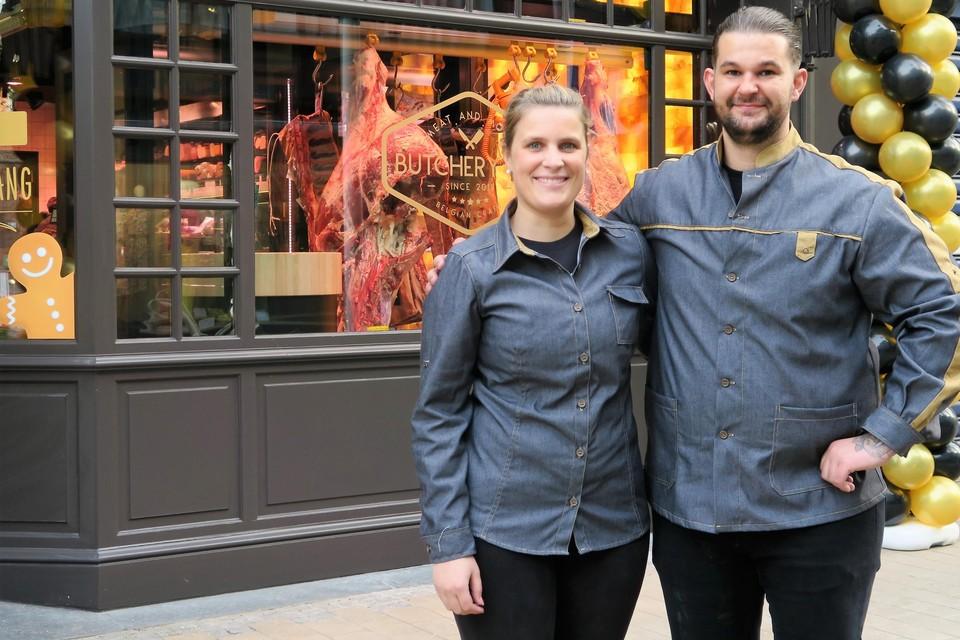 Elise en Jef voor hun nieuwe slagerij in de Paalstraat, met enkele indrukwekkende 'kwartieren' rijpend vlees in de vitrine.
