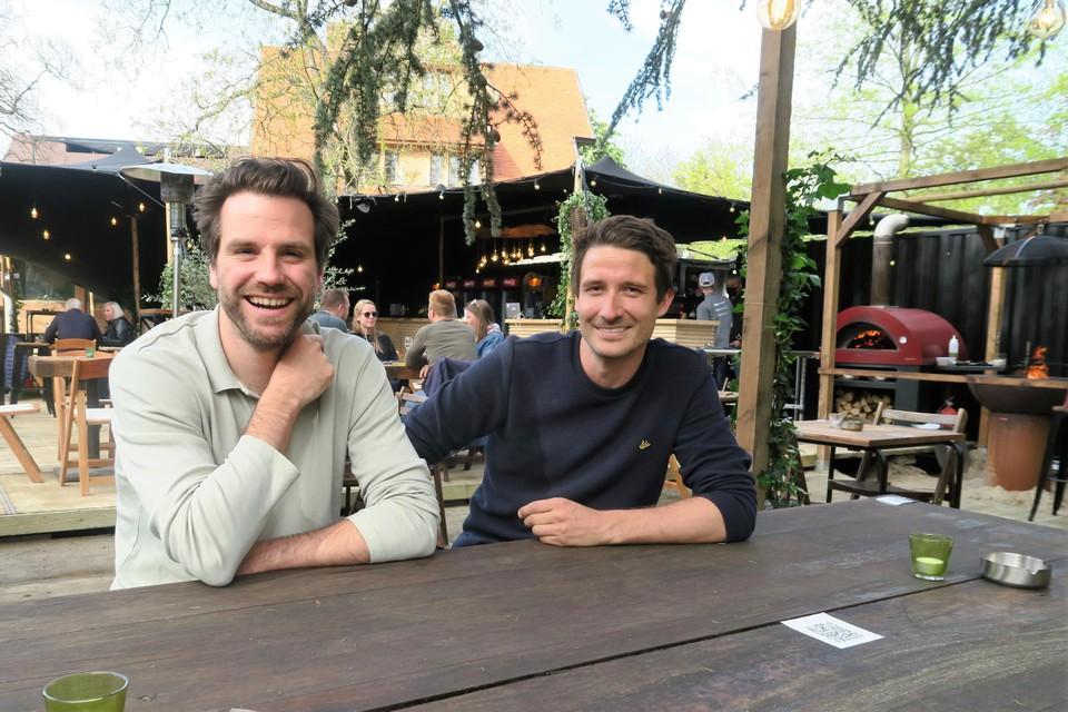 Organisatoren Yves Massignani en Thomas Van Praag in de pas geopende foodbar van Het Veld.
