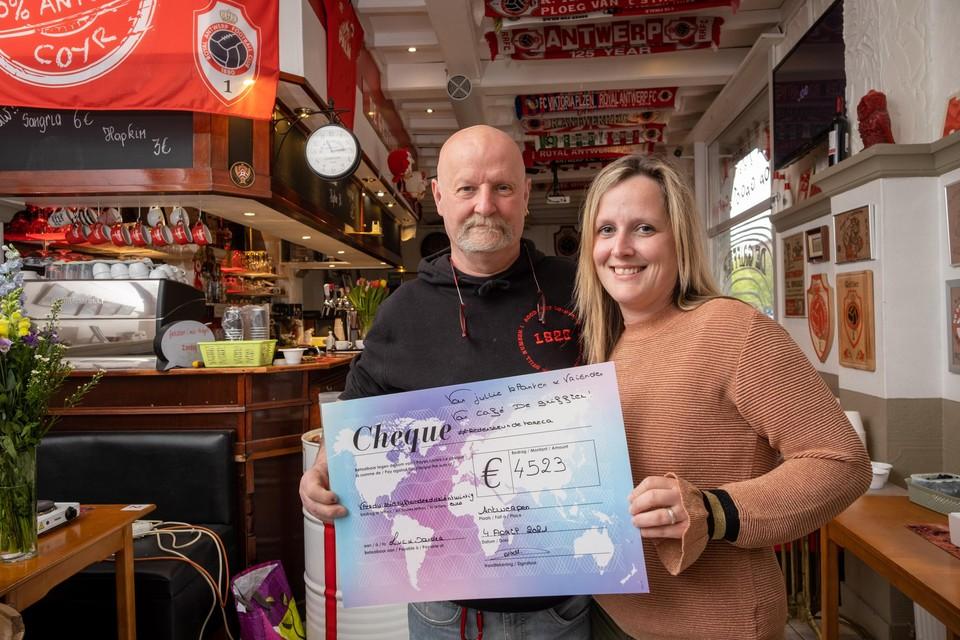 Luc Delval en dochter Vanessa met de cheque van klanten en vrienden.