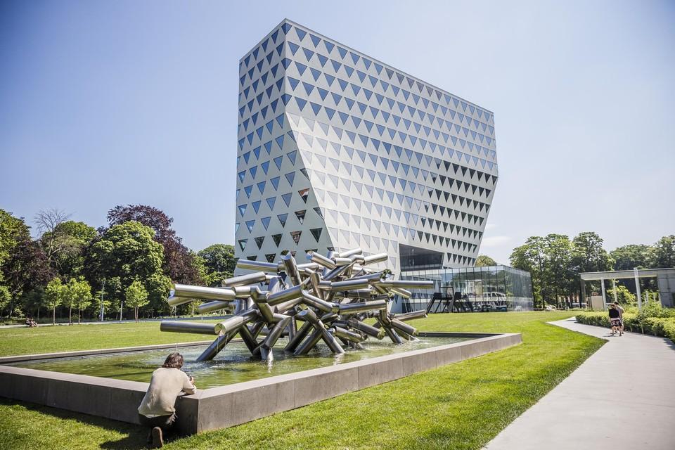 Antwerpen kan weer genieten van het waterballet van Pol Bury. Binnenkort wordt nog een bank bij het kunstwerk geplaatst.