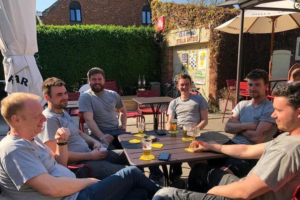 Raf Janssens (links) en zijn team van 4Technics houden een werkvergadering op het terras van café Welkom in Noorderwijk.