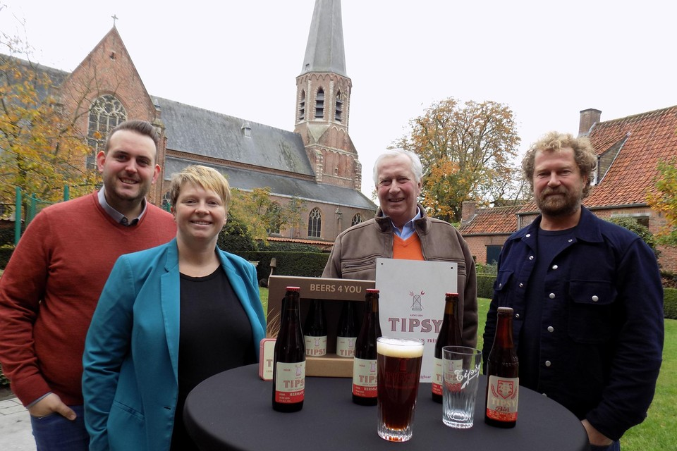 Toon Van Bree en Stefanie Van den Brande van B&B Stillant in het hartje van Gierle herlanceren met brouwers Jo en Marc Hermans het originele Tipsy-bier.