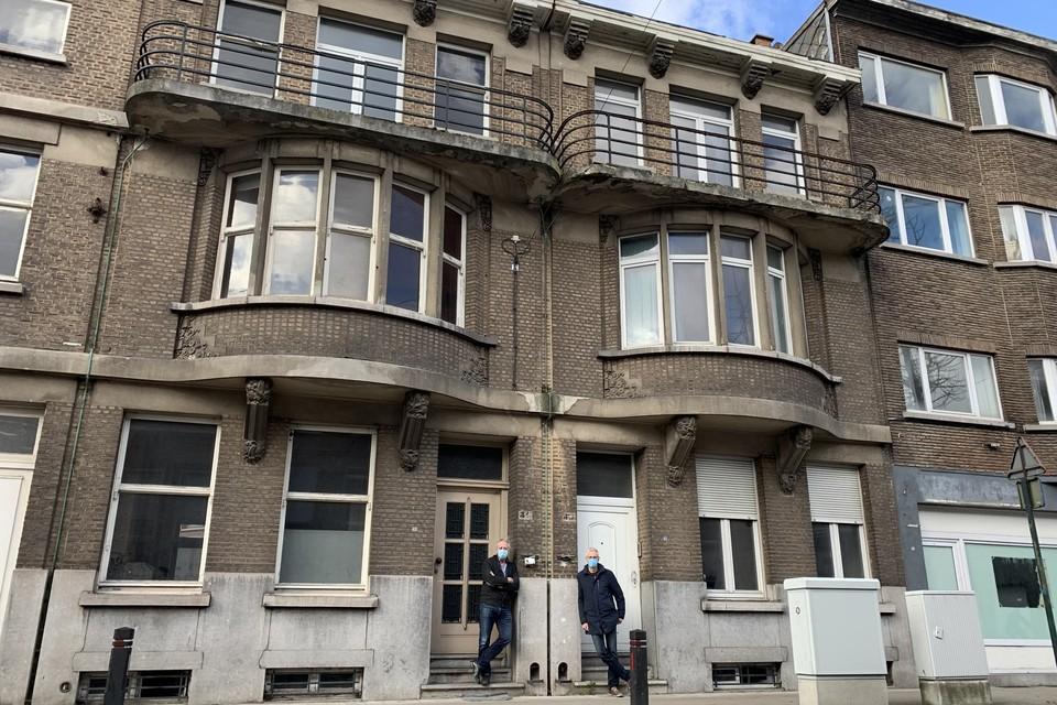 De gespiegelde art-decowoningen in de Antwerpsestraat 45 en 47, mogen afgebroken worden. Karl Fret en Herman Siebens van ALB houden de wacht.