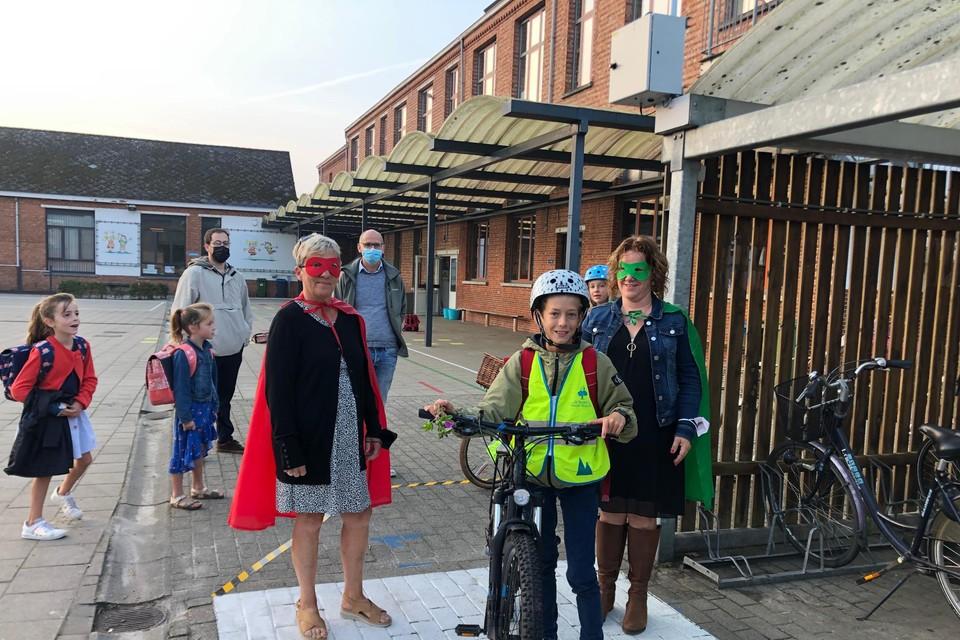 De verklede juffen Frieda en Nele van basisschool De Omnibus in Tielen verwelkomen met schepen Rob Guns de leerlingen met Bike2School.