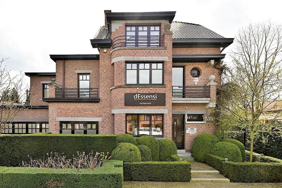 Restaurant dEssensi ontving haar gasten in een prachtig gerenoveerde directeurswoning in hartje 's-Gravenwezel, met riante achterliggende tuin.