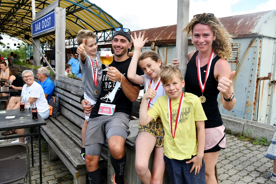 Jack, Oliver, Josse, Folke en Sabrina verfrissen zich na afloop in Bar Oost