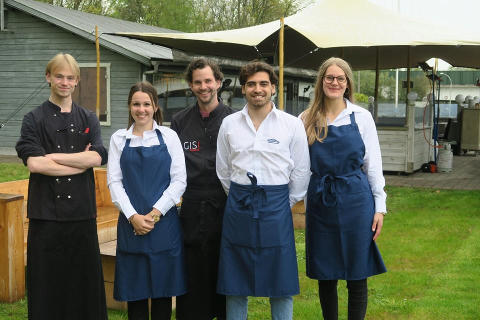 Zaakvoerder Sigi Belmans (midden) met zijn team van De Waterski: Liam, Ophelie, Leandro en Lotte.