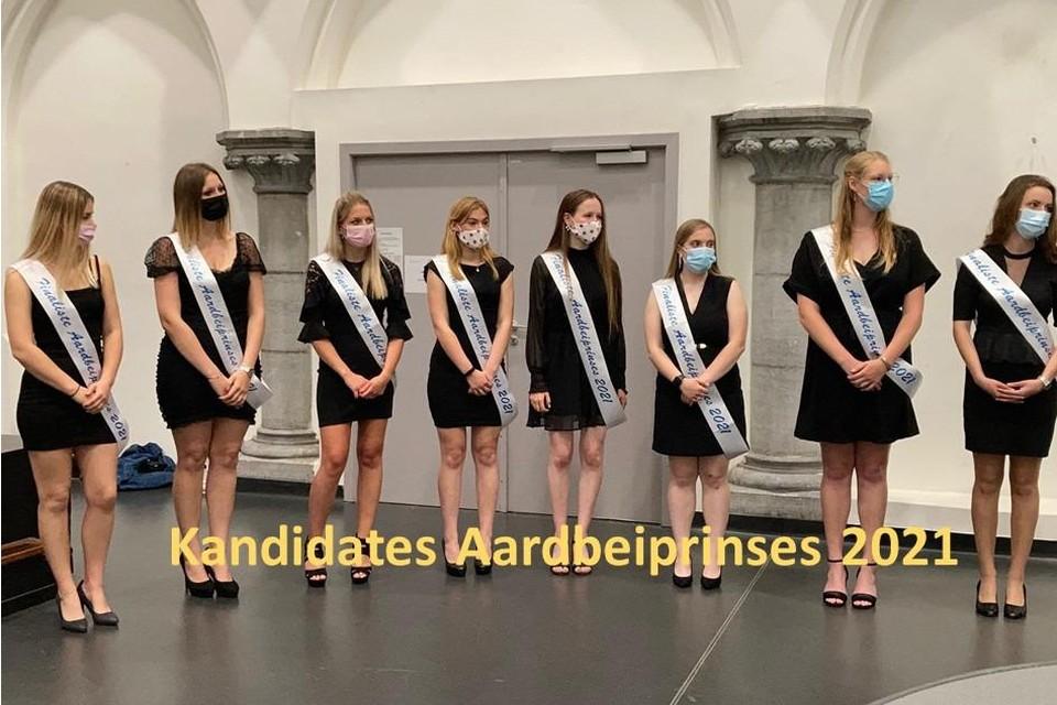 De acht finalisten van de miss Aardbeiverkiezing.