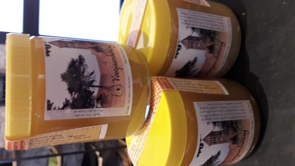 De voorjaarshoning is gemaakt van honing van de bijen op het abdijdomein.