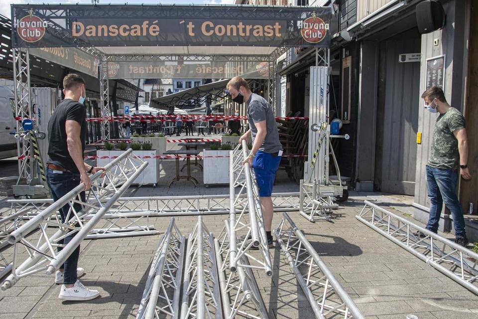 Overdekkingen en extra tafels: alles wordt uit de kast gehaald om de heropening van de terrassen goed in te zetten.