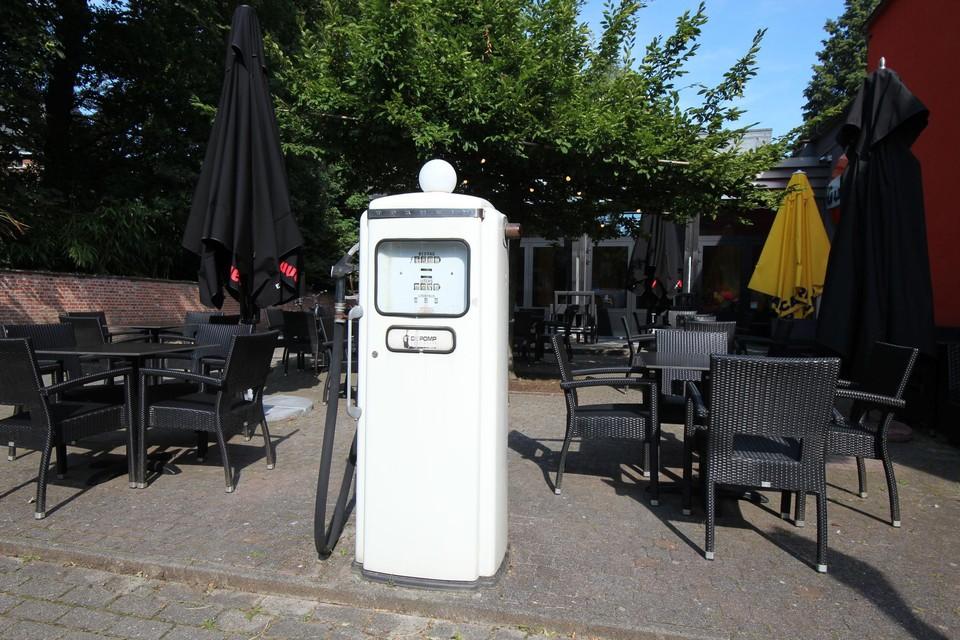 De oude pomp aan de straatzijde is de blikvanger van het café.