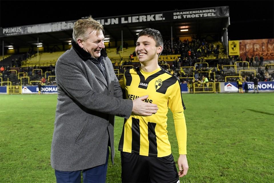 Archiefbeeld: Emile Samyn krijgt felicitaties van voorzitter Luc Van Thillo.