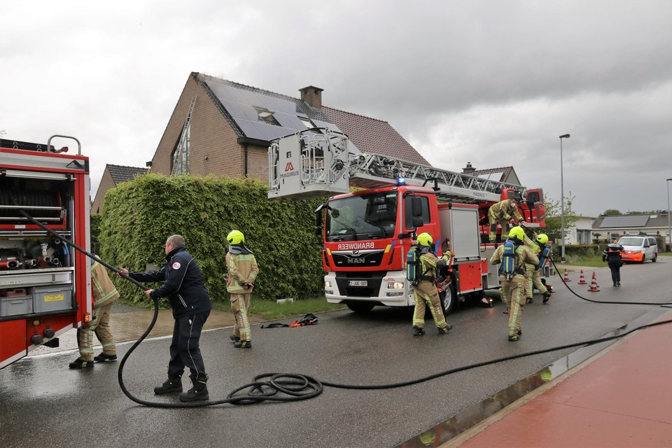 De brandweer kon de brandhaard na blikseminslag snel onder controle krijgen.