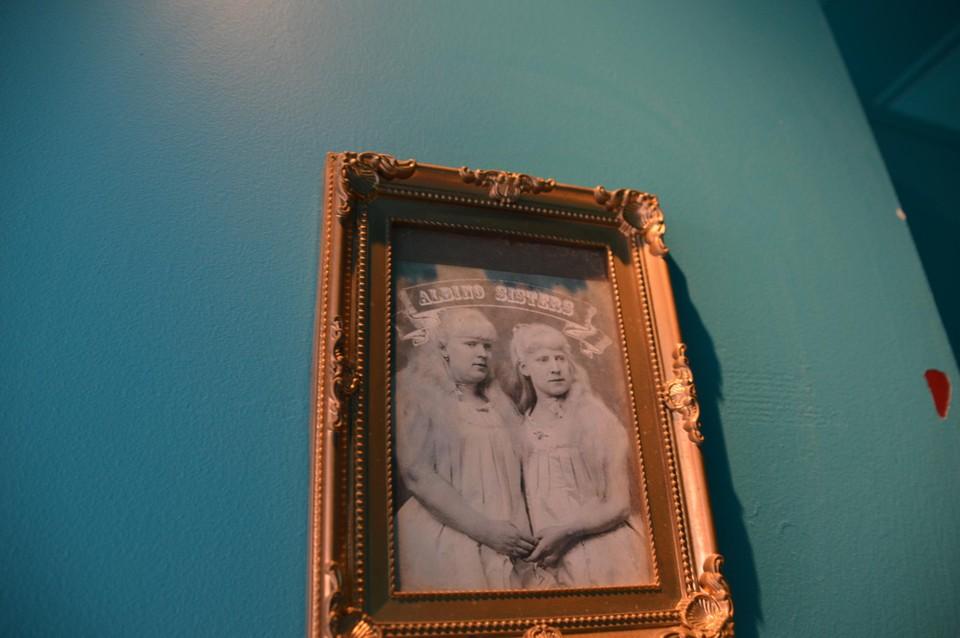 De albinozussen op een andere deur.