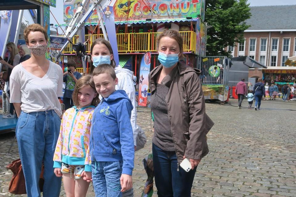 De schepenen Charlotte Klima en Iefke Hendrickx met Anneleen Janssens en haar kinderen Rune en Janne op de kermis van Schoten, die maandag heel bewust wat minder lawaai maakte als gebruikelijk.
