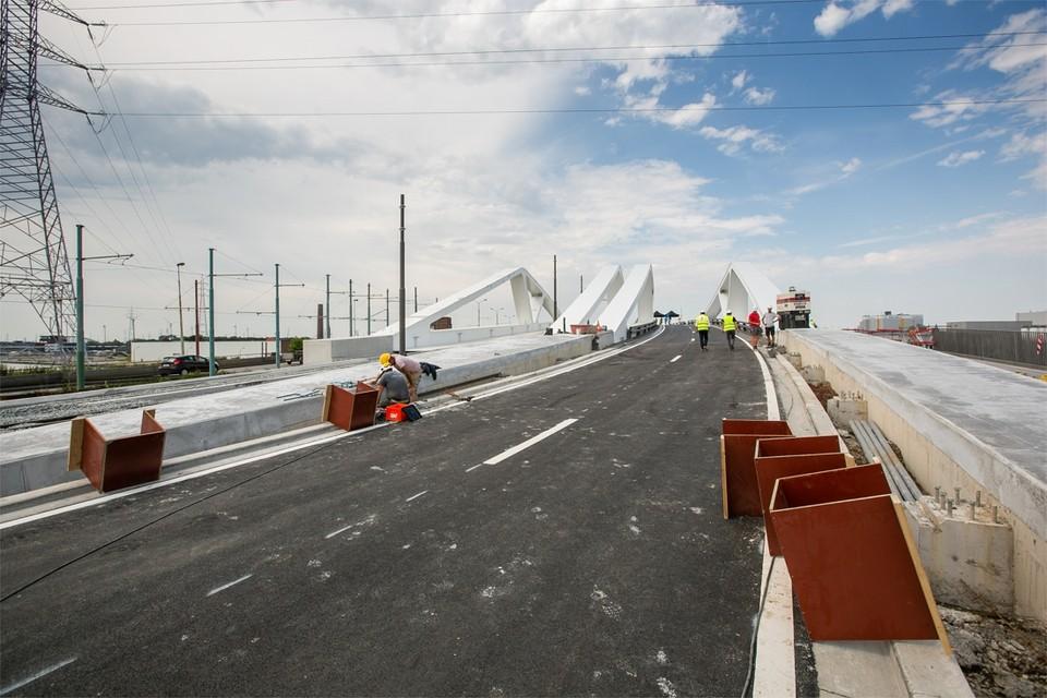 Twee van de drie fasen van de nieuwe Gabriël Theunisbrug aan het Sportpaleis zijn klaar. In de week van 4 tot en met juli is dit deel van de brug open voor het verkeer. Het resterende, oude deel wordt kort daarna gesloopt.