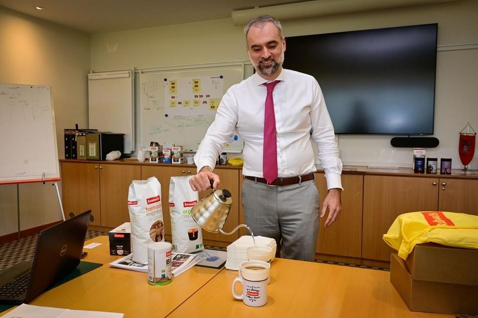 Algemeen directeur Xavier Rombouts giet een kopje oploskoffie op via een 100% afbreekbare filter.