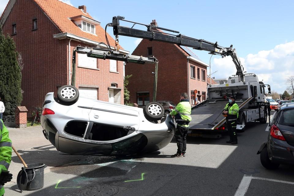 De dame week uit en botste recht op een geparkeerde auto.