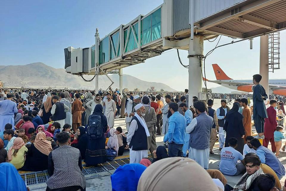 Duizenden Afghanen verzamelden op de luchthaven om het land te ontvluchten.