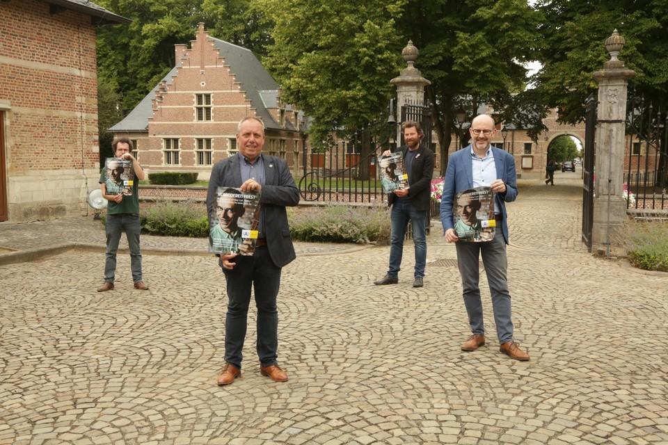Districtsburgemeester Koen Palinckx, districtsschepen Marc Elseviers, Styn Van Bouwel en Dries De Meesters van 252cc stellen op de binnenplaats van Veltwijck het feestprogramma voor.